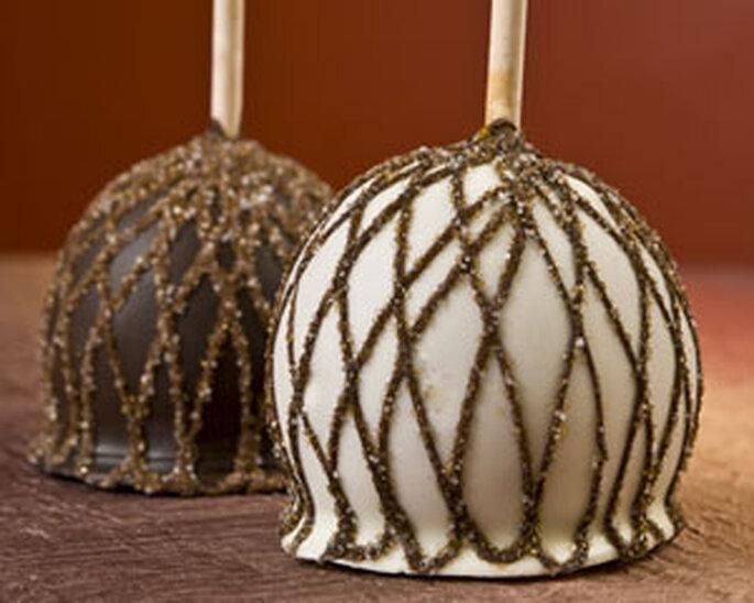 Fruits baignés dans du chocolat et décorés par des fils dorés de caramel