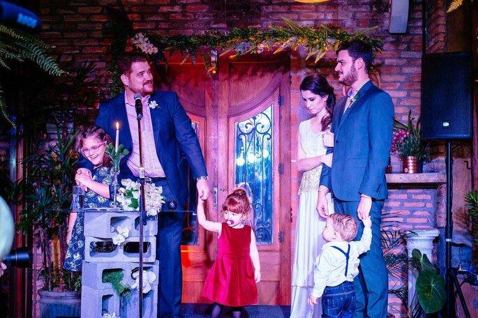 Noivos e crianças cerimônia