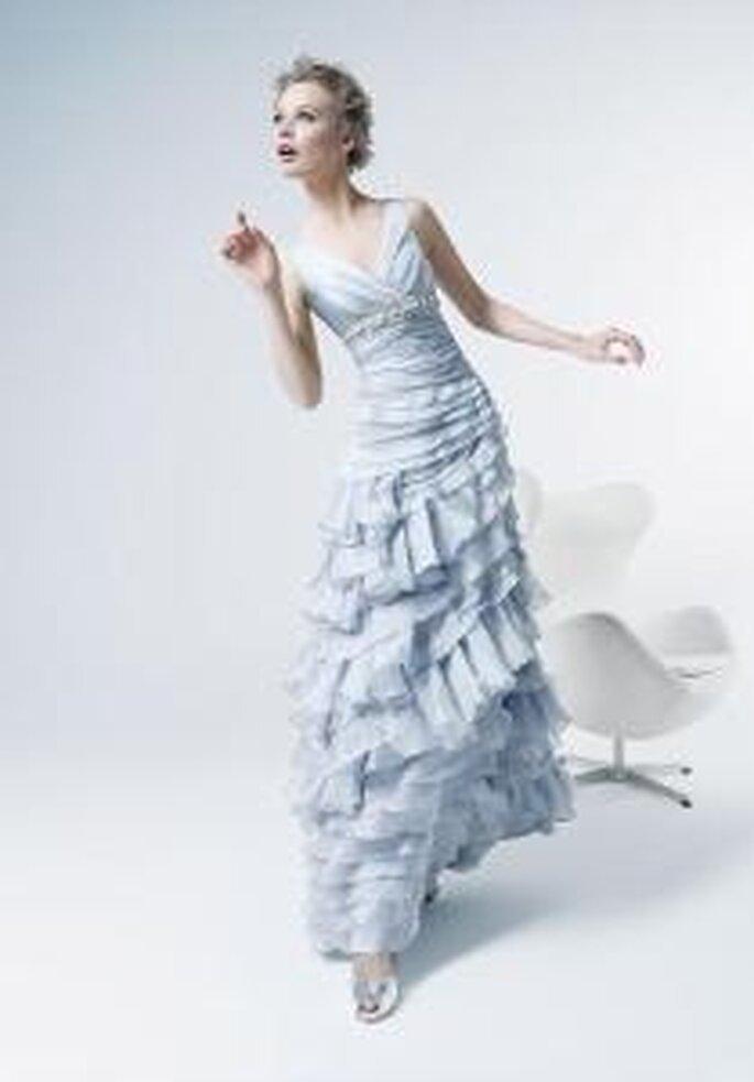 Rosa Clará, Two 2009 - Vestido celeste largo  de escote en V. Falda vaporosa en seda