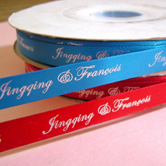 Las cintas de raso con mensajes personalizados son bellos detalles para bodas románticas