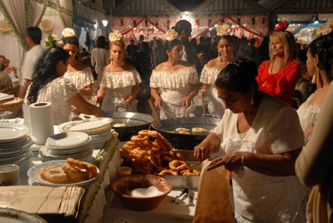 Mamá Dolores haciendo buñuelos la pasada Feria de Abril de Sevilla. FOTOS: Pepe Conde