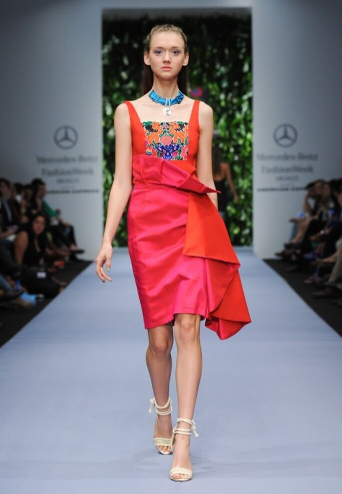 Vestido de fiesta en color anaranjado y rosa pop con relieve al costado - Foto Mercedes Benz Fashion Week México