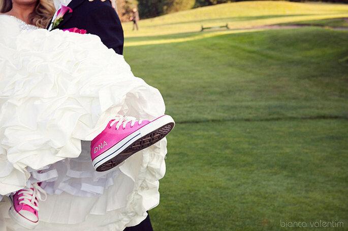 Los tenis coloridos se pueden combinar con los tonos de la decoración de la boda! Foto: Bianca Valentim