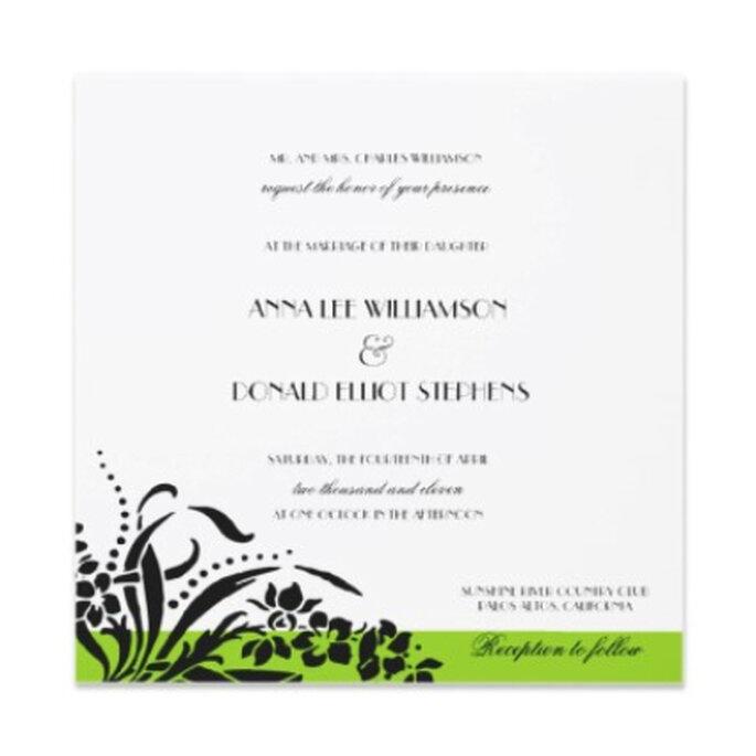 Invitación en papel blanco, con letras y diseños en negro terminada en una sencilla franja horizontal verde en su parte inferior: un toque de color para romper la monotonía