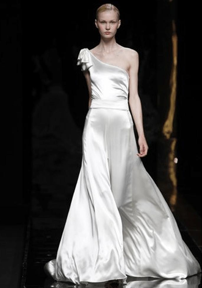 Vestido minimalista chic, con corte asimétrico - Fotografía: Rosa Clará