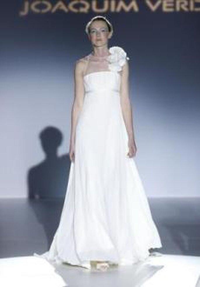 Joaquim Verdu 2010 - Vestido largo en seda, corte imperio, escote halter recto, detalle floral en tirante