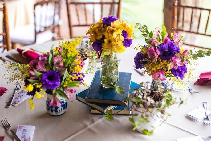 Decoração com flores para festa de noivado