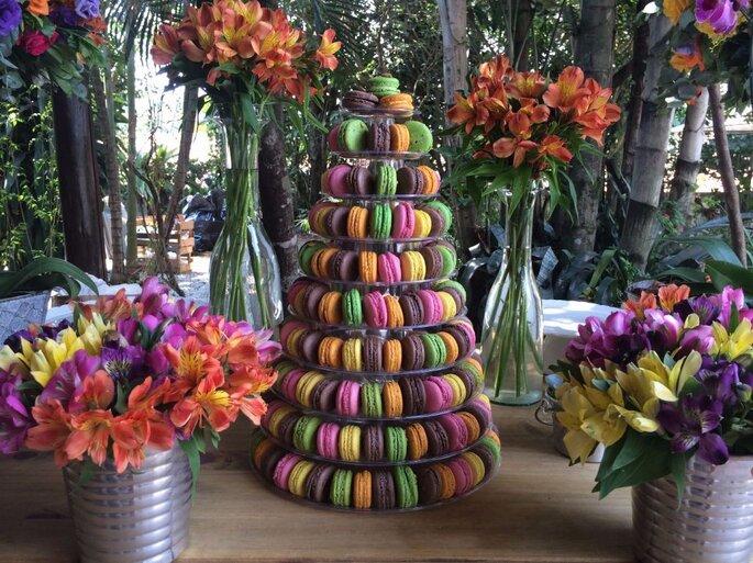 mesa decorada com macarons no casamento