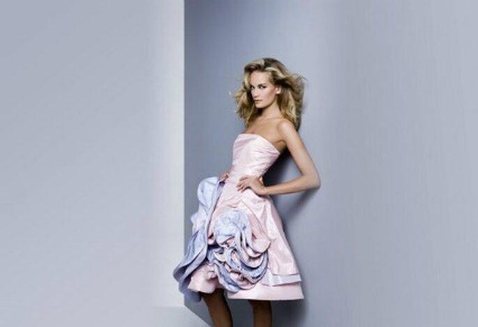 Il tocco di colore impreziosisce l'abito da sposa corto della Collezione 2012 Antonio Riva