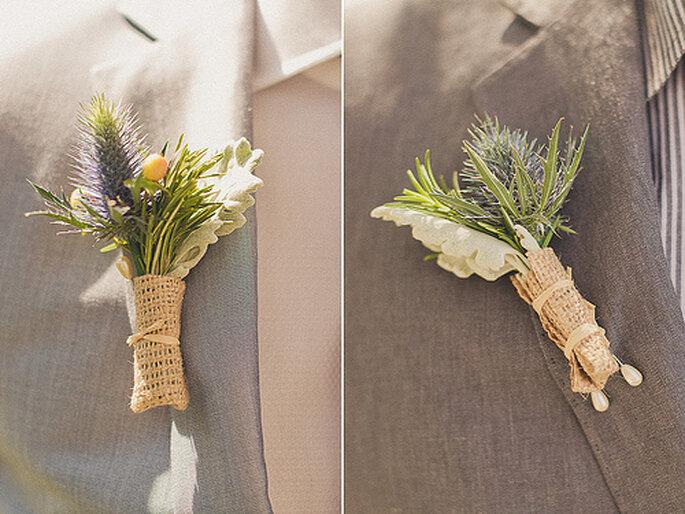 Mini-arreglos florales como boutonnieres para novios e invitados. Foto de Sweet Little Photographs
