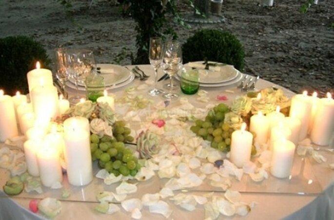 Candele, frutta e petali di rosa. Foto www.matrimonio.com