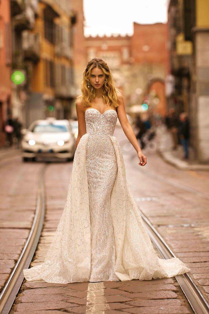 Vestido de novia corte sirena, escote corazón y sobre falda