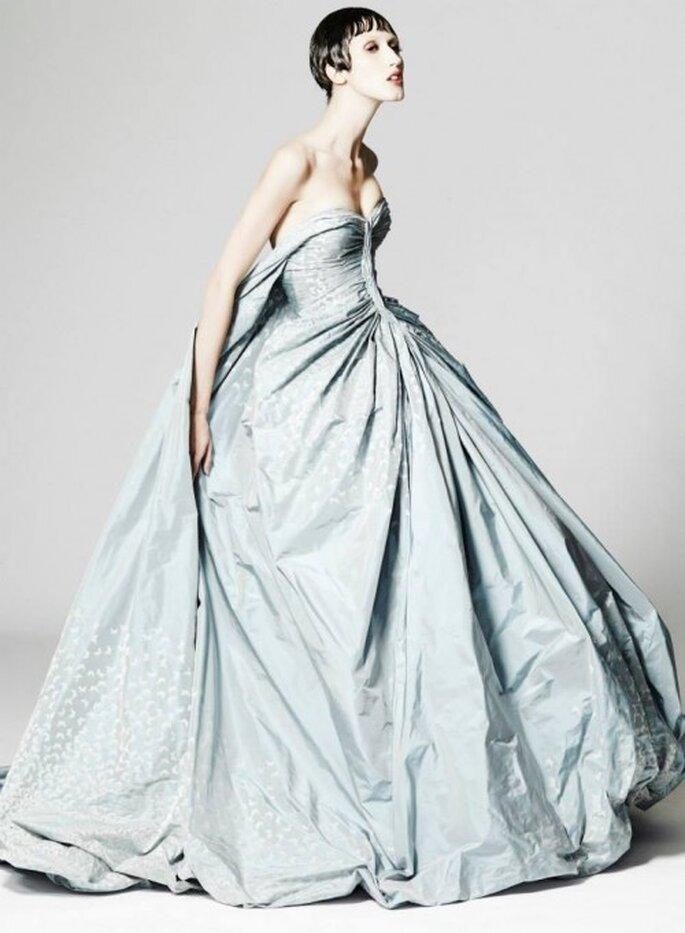 Vestido de fiesta en color azul cielo con escote strapless y falda amplia - Foto Zac Posen
