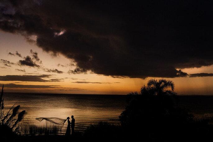 Noivos ao pôr-do-sol