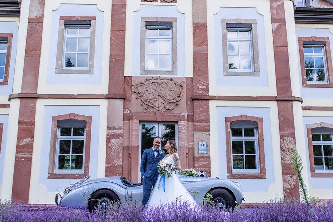 Das Brautpaar vor der Hochzeitslocation.
