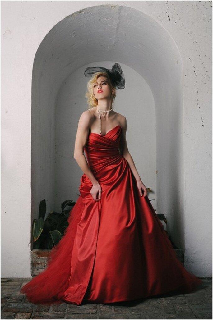 Collar largo de perlas acompañado de vestido de novia en color rojo - Foto Evan Laettner