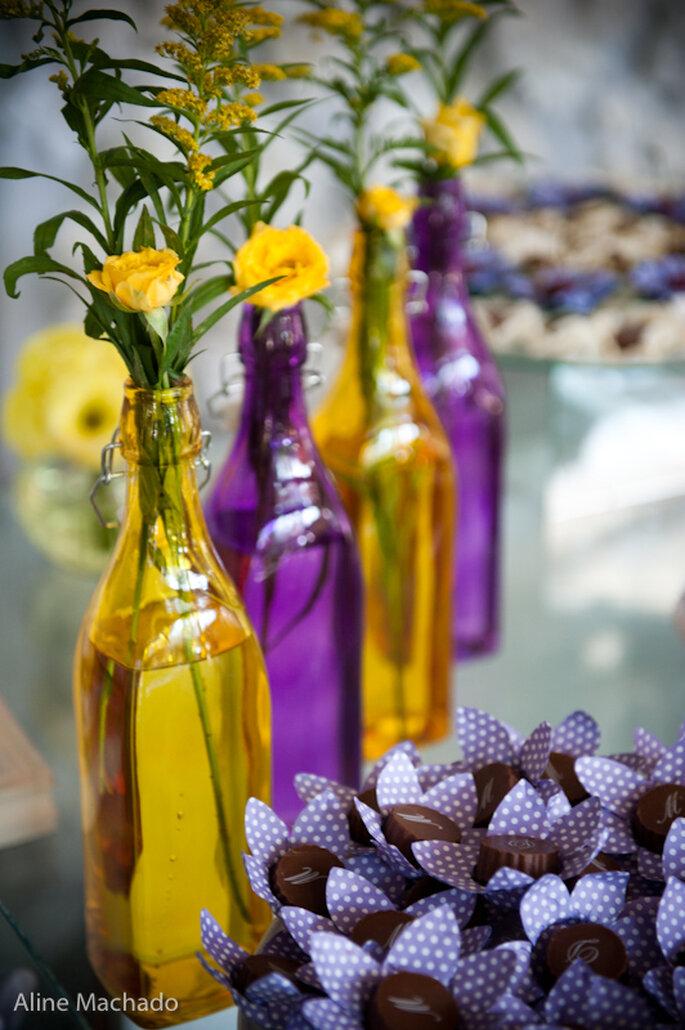 Las botellas en los colores elegidos, usadas como floreros, dan el toque final. Foto: Aline Machado