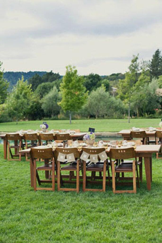 Open Air-Hochzeiten am Land sind sehr gefragt – Foto: Chaises Style me pretty