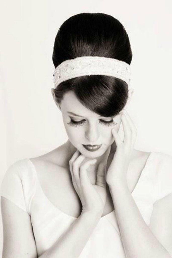 Una romántica moña alta con diadema para el día de tu boda. Foto via Matrimonioematrimoni blog