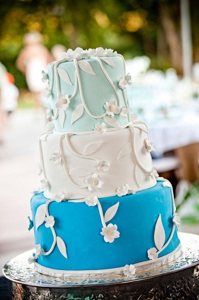 Gâteau de mariage à 3 étages de couleur bleue. Photo: Style Me Pretty