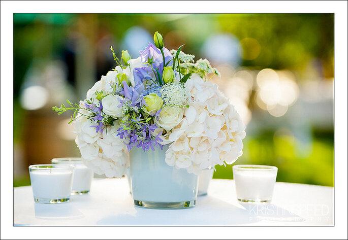 Flores de color lavanda para los centros de mesa de tu boda. Foto: Kristin Speed