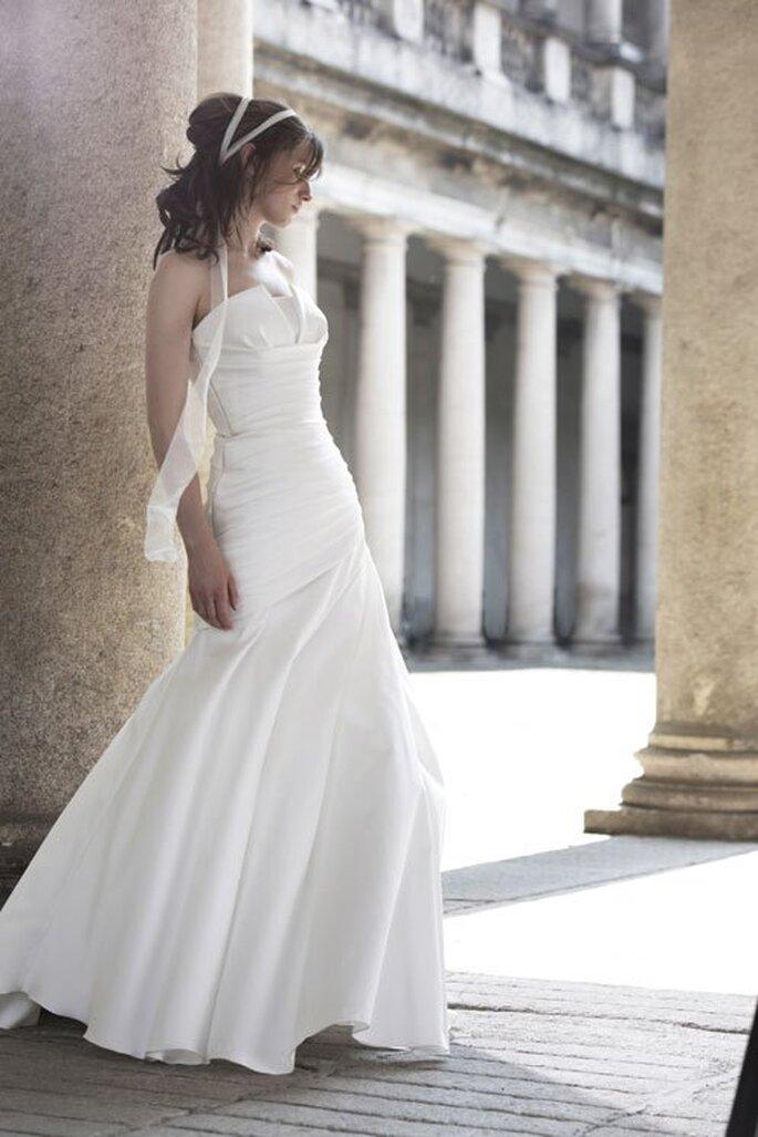 Vestido de novia 2014 en color blanco con escote strapless y falda de estilo minimalista - Foto Alberta Ferretti