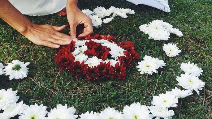 mulher a colocar flores na relva círculo cerimónia celta