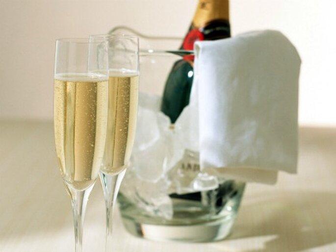 El brindes con los novios no puede faltar aun así tengas bajo presupuesto