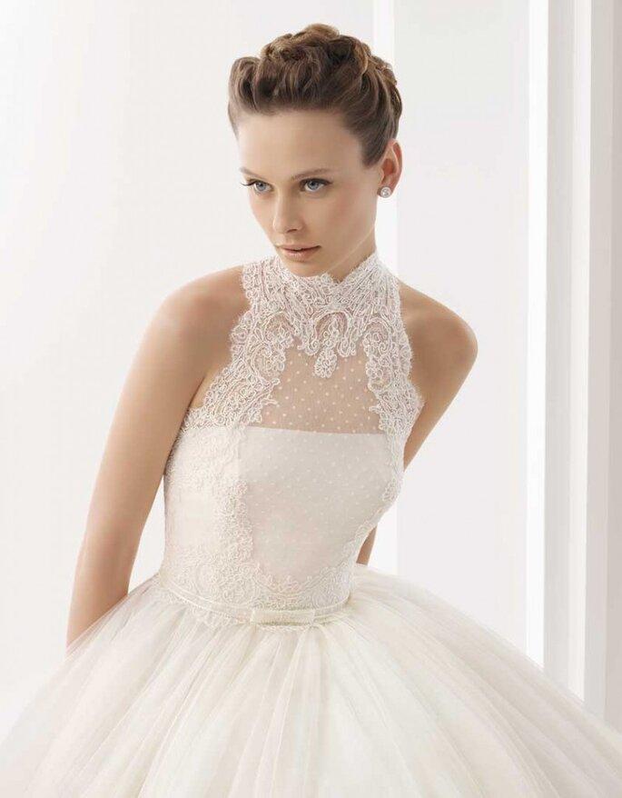 Vestito da sposa con collo alto in pizzo e tulle. Rosa Clará
