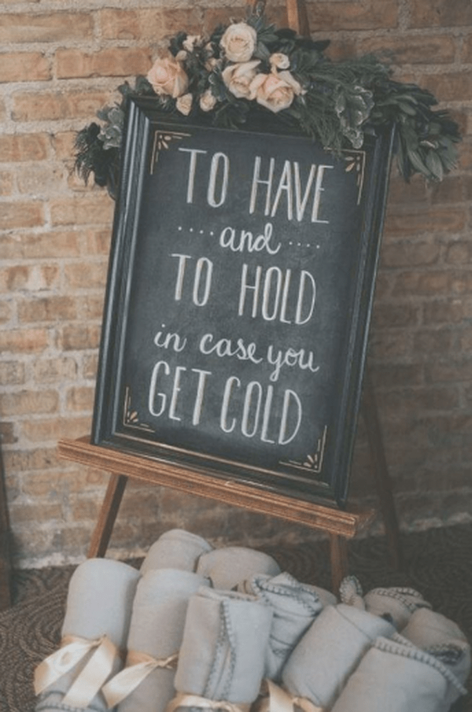 """Tafel auf der """"To Have and to hold in case you get cold"""" mit Decken"""