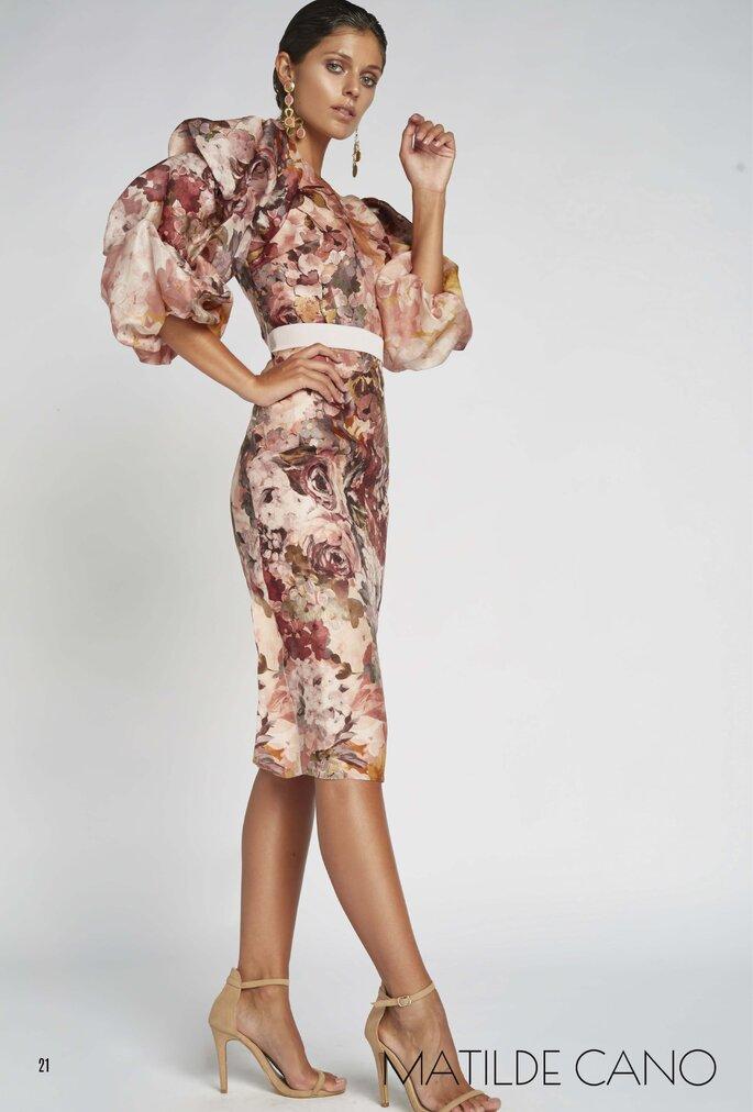 Matilde Cano Colección colección de vestidos de fiesta 2020 - 2021 de Matilde Cano y Mass, vestido por debajo de la rodilla entallado con estampado de rosas y mangas de tres cuartos abombadas.
