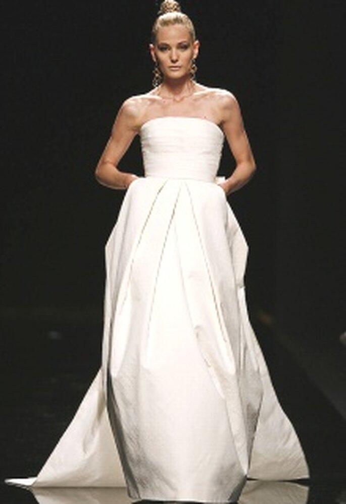 Rosa Clará 2010 - Ros, vestido largo de talle alto, palabra de honor, pliegues centrales