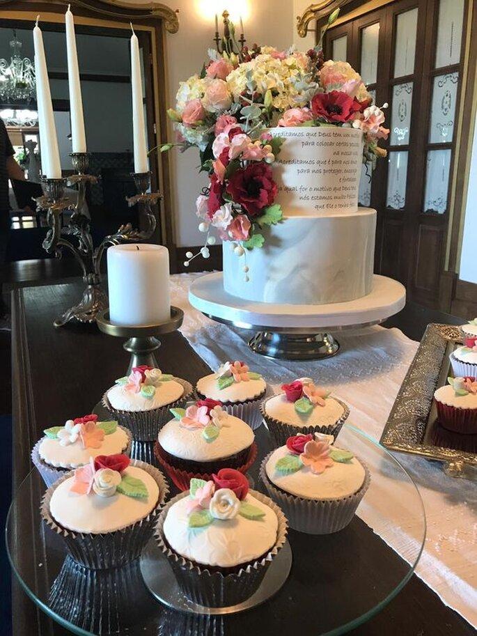 Cupcakes e bolo de casamento