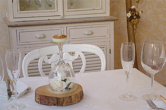 Crea un original candelabro con una copa antigua puesta del revés. Foto: lavieenrose por Carmen Berbel