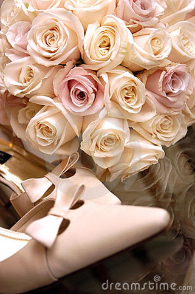 Zapatos y ramo de novia de color rosa - Dreamstime.com