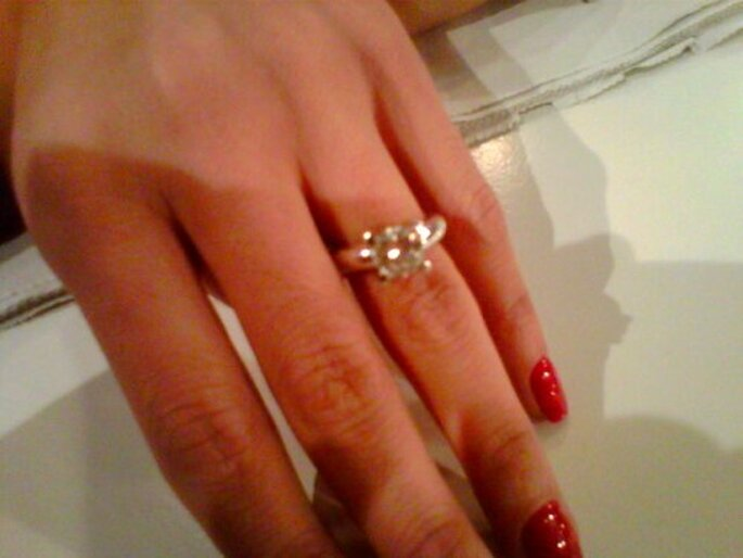 Romina nos muestra el anillo de pedida. Foto: Twitter
