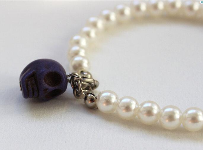 Pulsera de perlas con calavera violeta. Foto: www.etsy.com