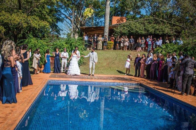 Noivos e piscina