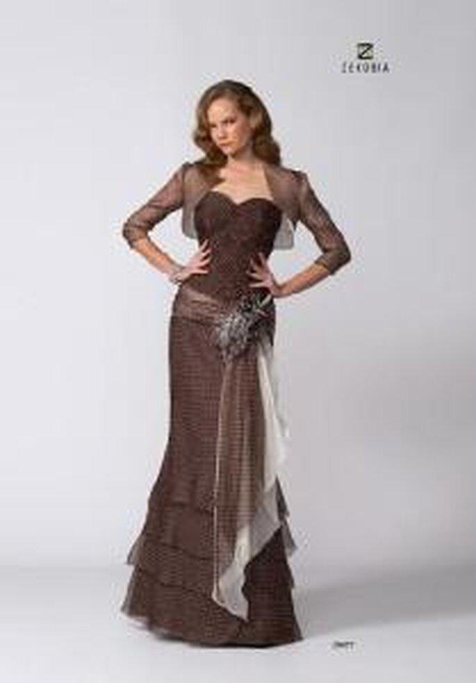 Model Novias 2009 - Vestido largo marrón ajustado, escote corazón, cinturón floral. Torera a juego