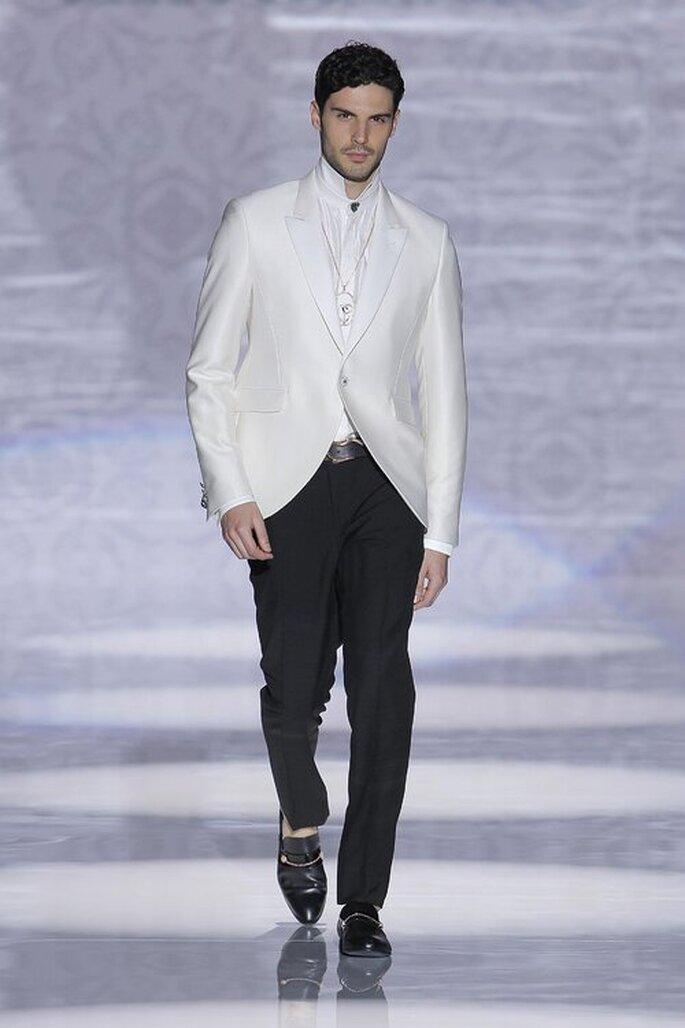 frac alternativo en blanco con pantalones negros traje de novio para boda