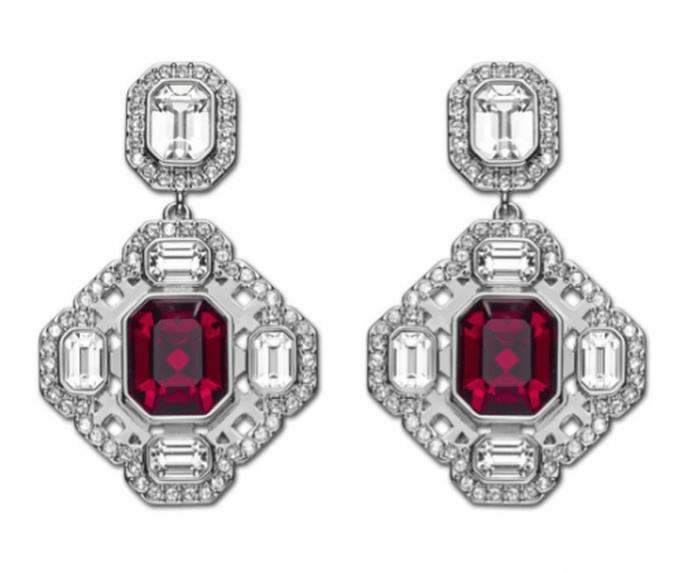 Hermosos aretes para novia con cristales claros combinados con piedras preciosas en color rojo intenso - Foto Swaorvski