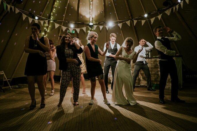 Damas de honor y damos de honor bailando con las novias