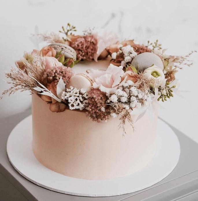 Einstöckige Torte mit getrockneten Blüten