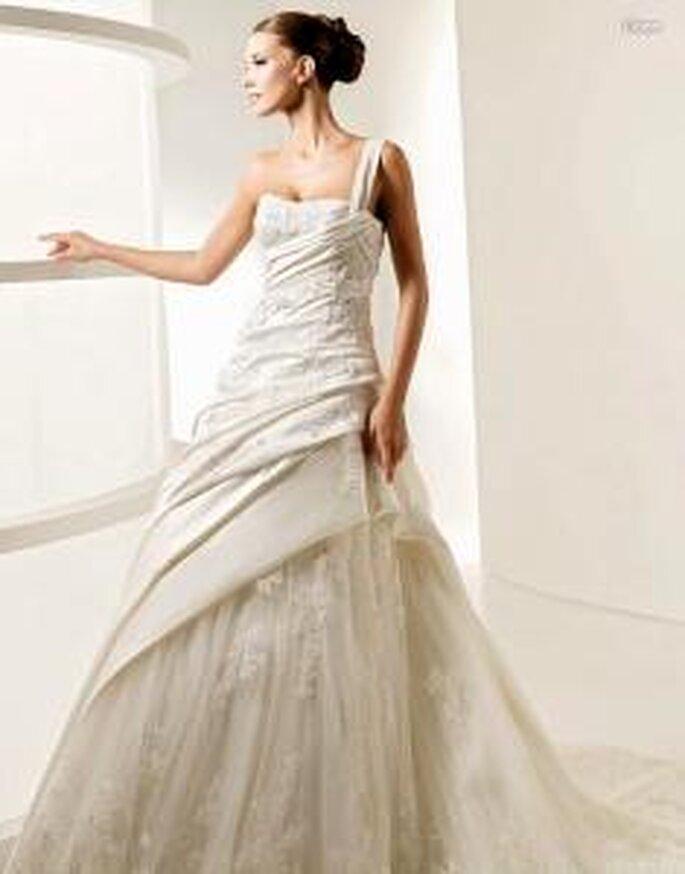 La Sposa 2010 - Liana, vestido larga de corte princesa, falda en tul, con sobretela en líneas diagonales, escote transversal, con pedrería