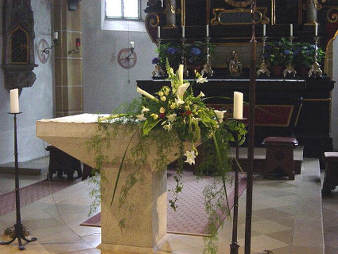 Blumendeko für die kirchliche Trauung. Foto: stela-dekoration.de