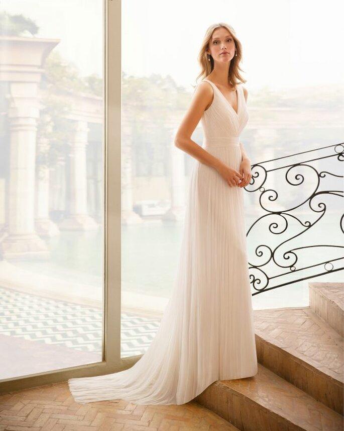 Vestido de novia para boda civil Rosa Clará vestido en corte A con escote en V, con una amplia banda en la cintura y larga falda de pliegues.