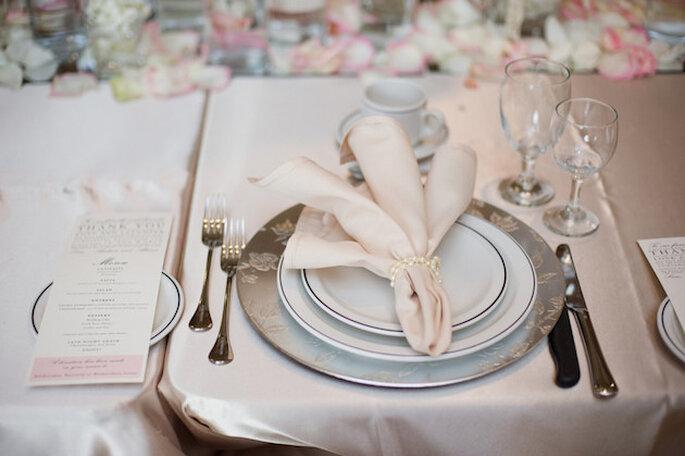 Mesas decoradas con dorado, rosa pálido y perlas. Foto: Vicky Bartel Photography