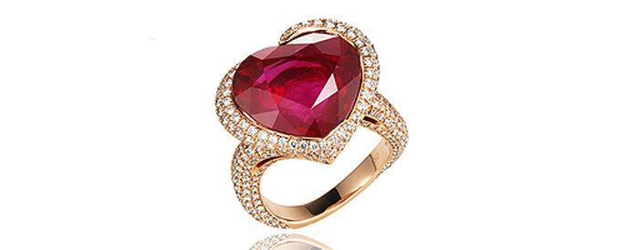 Ultra romantique avec son rubis, cette bague de fiançailles Chopard devrait séduire votre fiancée !