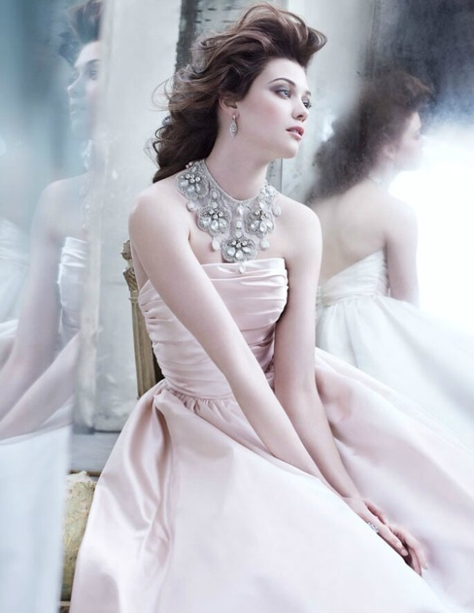 Vestido en satén de seda con cuello-joya, de Lazaro. Foto: Lazaro