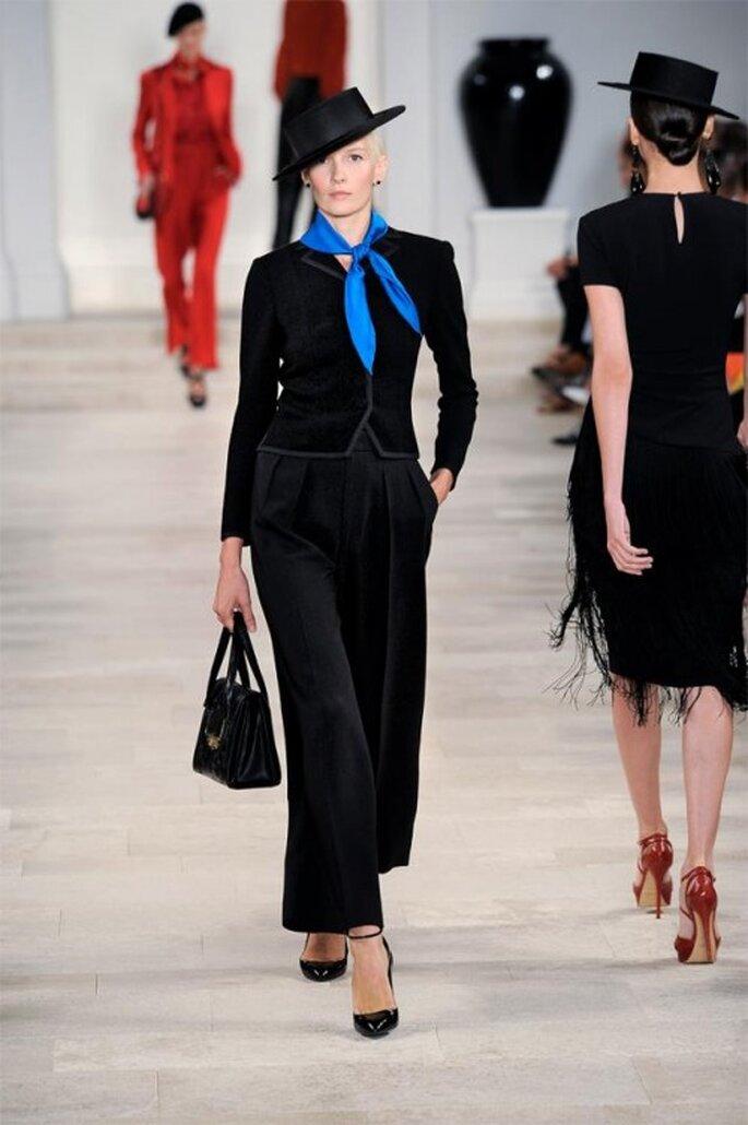 Pantalón y saco en color negro con pañoleta en color azul rey brillante - Foto Ralph Lauren